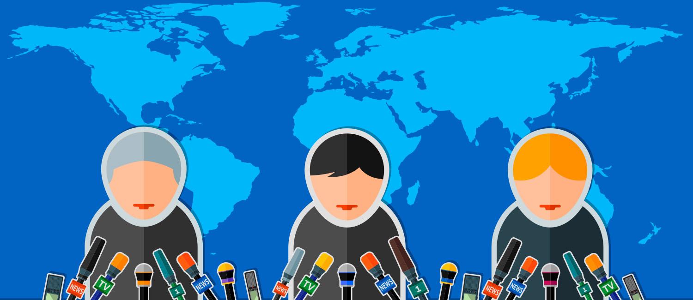 Drei Politiker vor einer großen Weltkarte sprechen in zahlreiche Mikrofone.