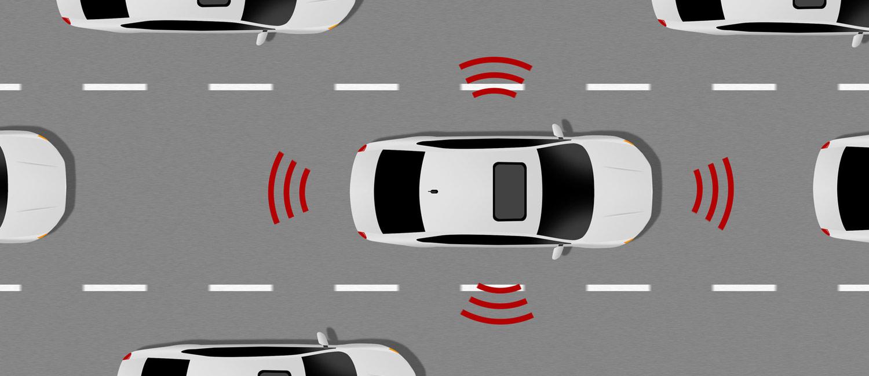 Blick auf ein Fahrzeug von oben, welches sich autonom auf einer befahrenen Straße bewegt.
