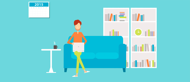 Homeoffice: Eine Person sitzt mit Laptop auf dem Sofa in einem Wohnzimmer.