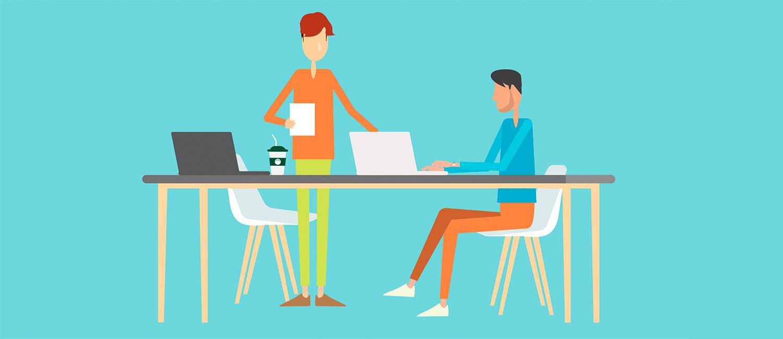 Coworking Spaces: Zwei Personen befinden sich mit ihren Laptops in einem Raum mit Arbeitstisch und Stühlen.